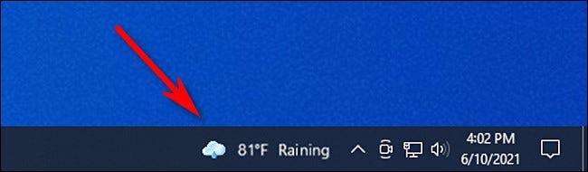 انقر فوق عنصر واجهة مستخدم Windows 10 News and Interest في شريط المهام لفتحه.