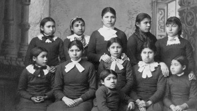 صورة ستستعرض الولايات المتحدة تاريخ المدارس الداخلية للسكان الأصليين: Deb Haaland | أخبار حقوق الإنسان