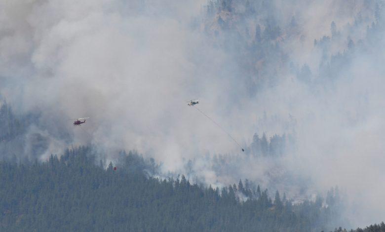 يوفر الجيش الكندي دعمًا جويًا أثناء محاربة حرائق الغابات في كولومبيا البريطانية