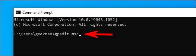 """في سطر أوامر Windows 10 ، اكتب """"gpedit.msc"""" واضغط على Enter."""